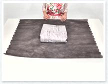 丸いカットが入った不織布を開いて裏返し中包みを中央に