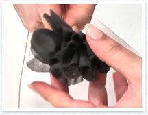 ワイヤーの場合は、花首を2,3回ねじり、リボンの場合は結びます。