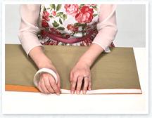 紙の右端を少し内側に折り、その上に両面テープを貼ります。
