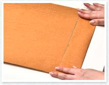 筒ができたら、紙の下側をお好みの幅に折り返して、折り目をつけたら開きます。