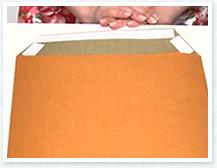 上側は補強も兼ねて内側に折り込み、下側は端に両面テープを貼り、封筒の底を作ります。