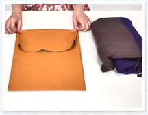 袋の口を表側に折り、折り目をつけたら開きます。