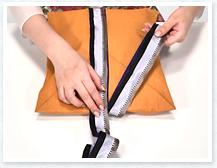 ②で取ったリボンを封筒の上に当て、長い方のリボンを回しかけます。