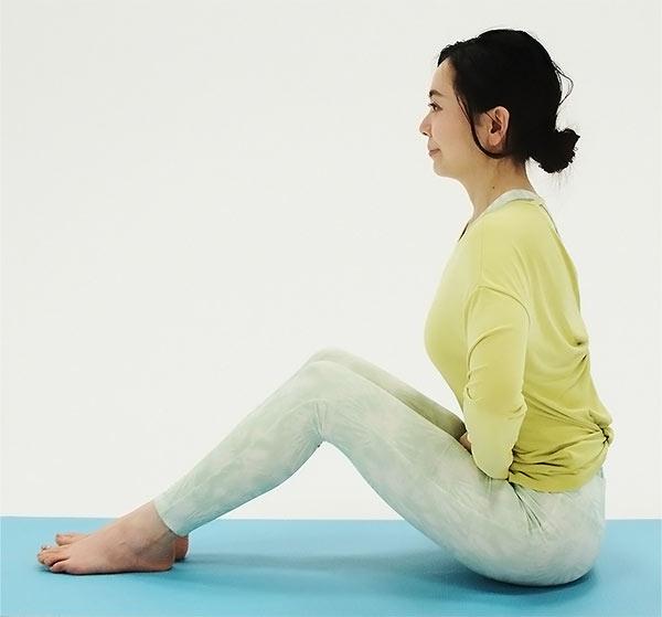 長座になり、ひざを立てて、両手をグーかパーにして下腹部に当て、ももとの間に挟みます。