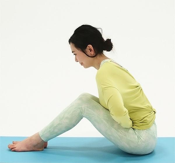 一度息を吸って背筋を伸ばして、ゆっくり息を吐きながら前屈しましょう