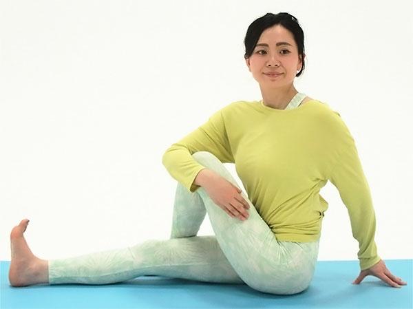 長座になり、左ひざを立てて足先は右足の外側に置き、右手でひざを抱え、左手は体の後ろにつきます
