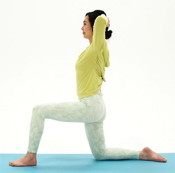 ひざ立ちの姿勢から、左足を一歩前に出し、両手は頭の後ろで組みます