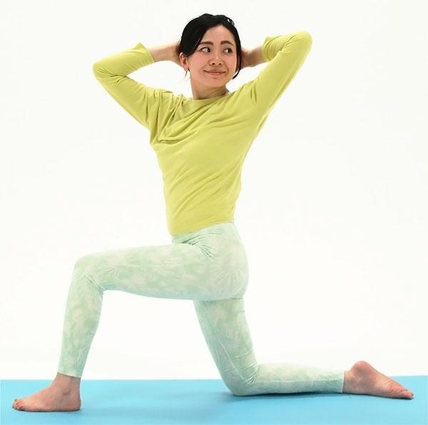 一度息を吸って背筋を伸ばして、吐きながら左から真後ろを見るように体をねじります。