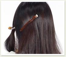 後ろの髪は邪魔にならないように、軽くまとめる。