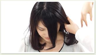 トップの髪をセンターで分ける