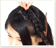 毛先を持って固定しながら、編み目から毛束を少しつまみ出すようにしてルーズ感を出す。