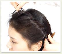 耳の後ろまでねじったら、ねじり目から毛束を少しつまみ出すようにしてルーズ感を出す。