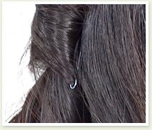 編んだ毛先を隠すように、後ろの髪を少し取ってお好みの飾りをつけたら完成。