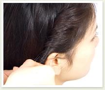 ねじり目から毛束を少しつまみ出すようにしてルーズ感を出しピンで留める。