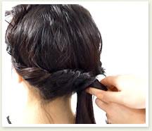 左右の毛束が合流するまでねじる。