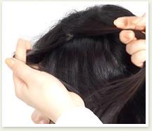 トップの髪を三等分にする。