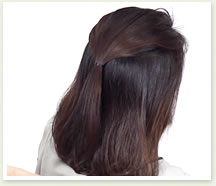 トップの髪を後ろでひとつに結んで、結び目を少し毛先方向にずらす。