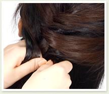 左も同様に、下の毛をすくって持ち、かぶせていく。