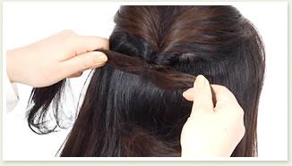 毛先を左右に引き、結び目を軽く締める。