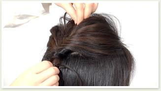 結び目を持って固定しながら、トップの毛を軽く引き出してボリュームを出す。