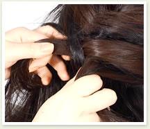 二巡目以降は、下の毛をすくって右の毛束と一緒に持ち、真ん中の毛束にかぶせる。
