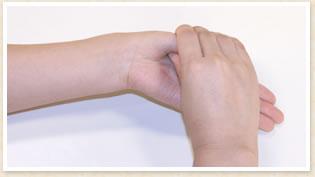 人さし指の一番下あたりに親指を当てて掴む