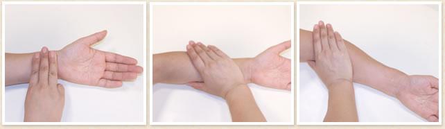 手の平全体を使って肘に向かって押し流す