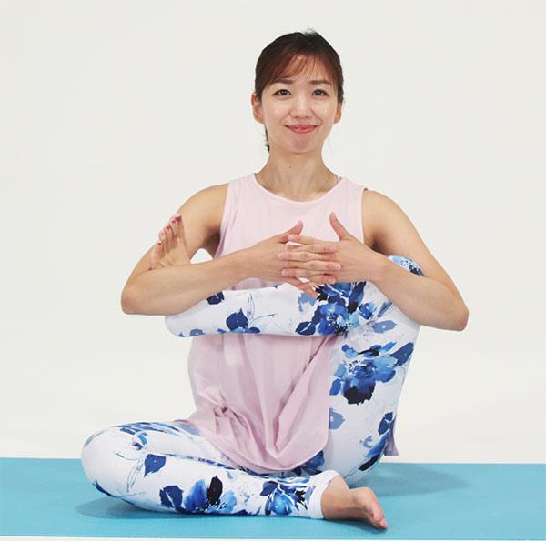 右ひざを立て、足の裏を左のひじにセットします。反対の手でひざを抱え、背骨を伸ばしたら、足を左右にゆっくりとゆすります