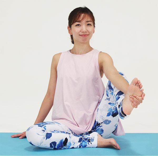 右のひざを立て、右手で足の裏をつかみます。