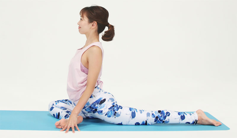 四つ這いから、右足を前に出し、ひざを右手首の手前で曲げ、つま先は左に。左足はお尻の後ろに真っすぐ