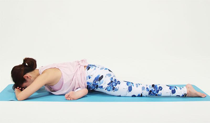 息を吐きながら、ひじをゆっくりと床に付け、両手を重ねて、その上におでこ