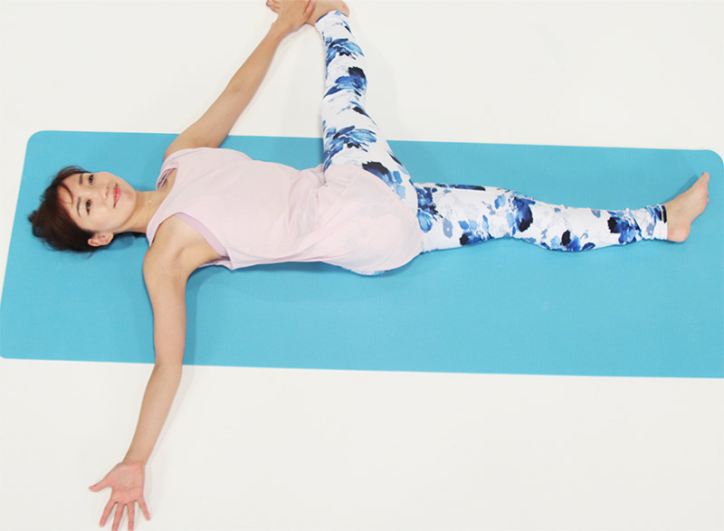 腕を遠くに伸ばします。15秒キープします。右の肩が上がらないように、肩とひざを遠ざけて。お尻と外もも、そして脇や体側も伸ばしていきます。