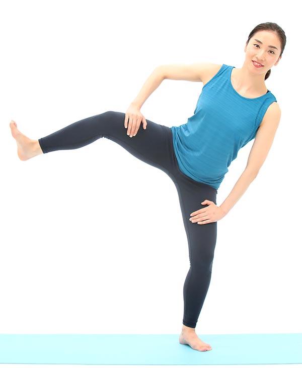 お尻の筋肉を意識しながら右足を持ち上げます。