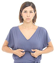 4本の指で肋骨の下を持ち上げるように横隔膜を押さえ、息を5秒かけて吐きます。