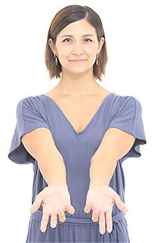 両腕を下した状態で手の平を外側にひねり、胸を開いて、肩甲骨を寄せ、そのまま両手をみぞおちの前まで