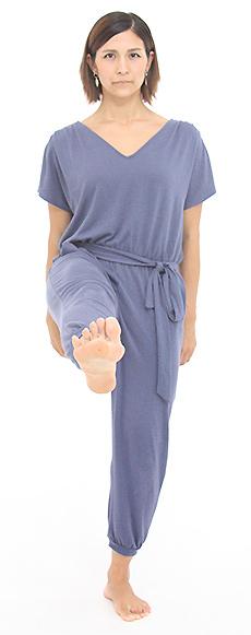 上げたひざを伸ばし、足の指のつけねを相手に向けます。