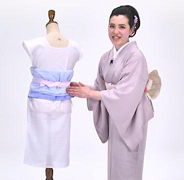 先に肌着と裾除けを着けて、タオルで体形補正をしておきます。足袋も履いておきましょう。