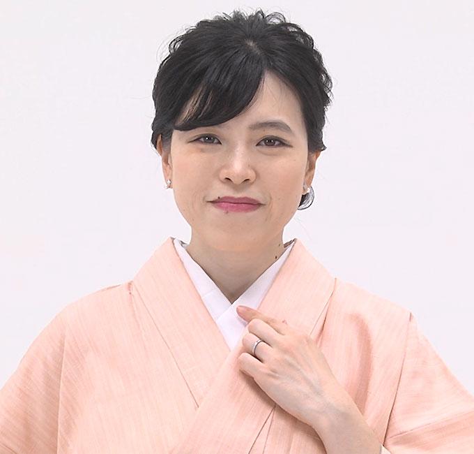 耳下で着物の衿と長襦袢の衿を揃え、半衿は1cmほど出します。