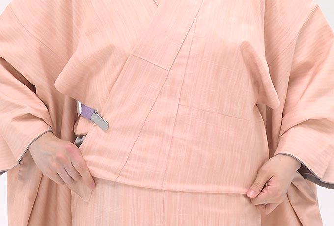 コーリンベルトを背中側から右に回し、上前の衿に留め、おはしよりを整えます。