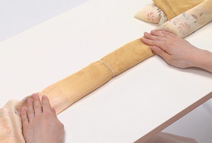 中心を輪ゴムで留めたら、ハンカチ枕の完成です。