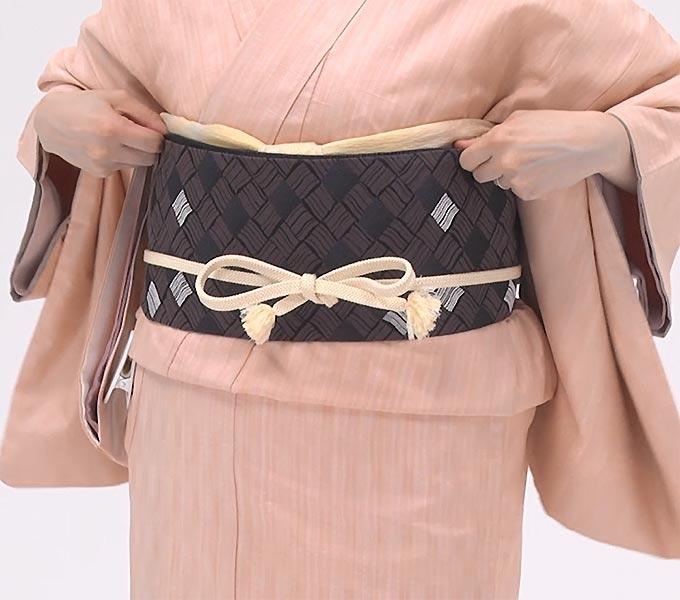 帯揚げの残りは、着物と帯の間に入れます。