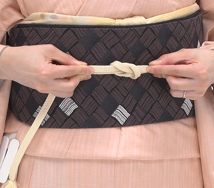 両手で一気に引っ張ると緩むので、片方ずつ左右に引きながら締めます。