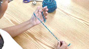 糸端を手前に置き、左手の親指と人差し指にかけます