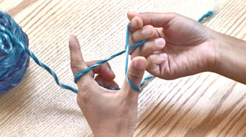 右手でつまんでねじって輪を作ります