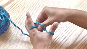 輪の中から左人差し指に掛かっている糸を、つまんで引き出します。