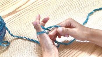 二目めは、左親指の下から右の指を入れ、