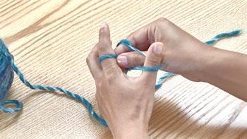 そのまま左人差し指に掛かっている糸をつまんで、