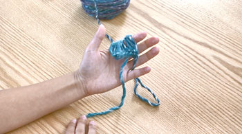 糸端は手前に。長い方の糸は、左の薬指と小指の間にはさみます。