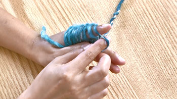 ひとつ目の目の手前側から右人差し指と親指を入れます。