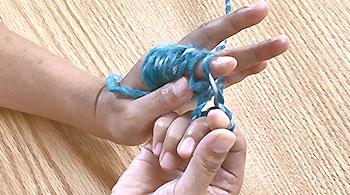 右の指に掛け、左人差し指の糸は外します。